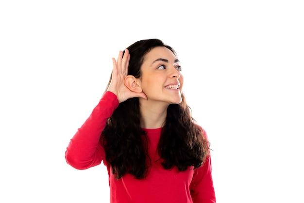 Очаровательная девочка-подросток с красным свитером, изолированным на белой стене