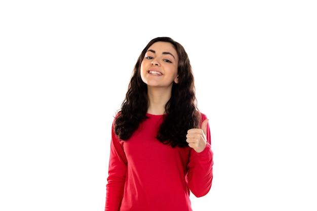 흰 벽에 고립 된 빨간 스웨터와 사랑스러운 십 대 소녀