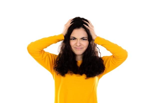Очаровательная девочка-подросток с желтым свитером, изолированным на белой стене