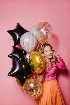 Adorabile donna in abito luminoso che celebra il compleanno