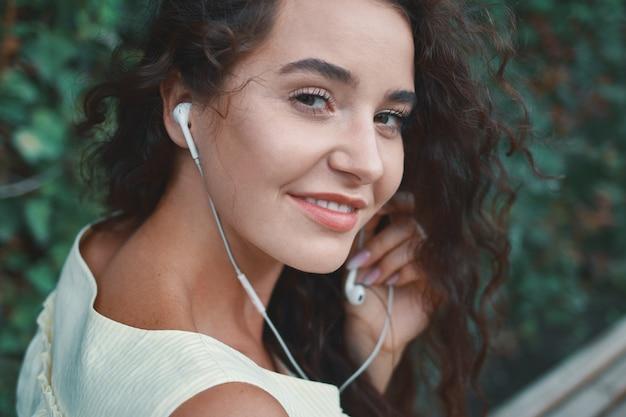 Очаровательная женщина, наслаждающаяся музыкой