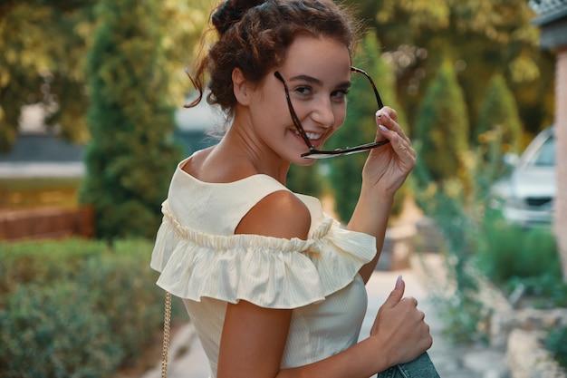 笑顔で肩越しに見ているパンと愛らしい女性