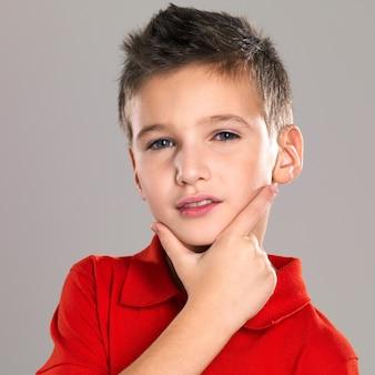 Adorabile giovane bella posa del ragazzo