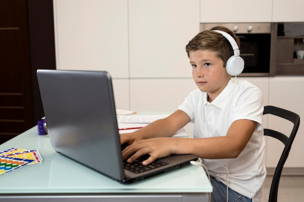 宿題をしている愛らしい少年