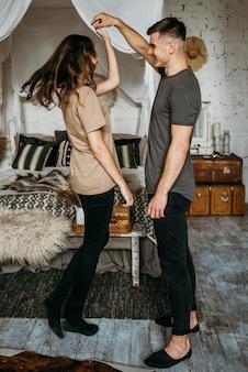 一緒に踊る愛らしい若いカップル