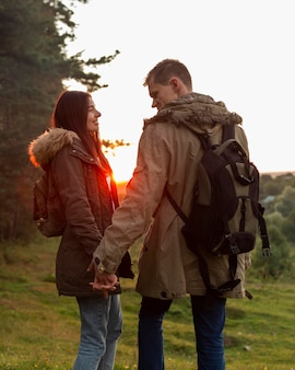 Очаровательная молодая пара, наслаждающаяся временем на природе