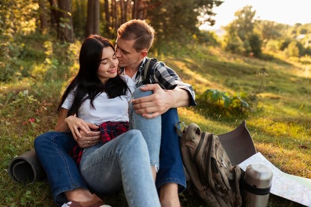 Очаровательная молодая пара, наслаждаясь временем на открытом воздухе