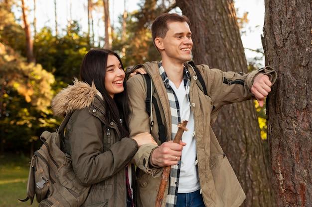 자연 속에서 산책을 즐기는 사랑스러운 젊은 부부