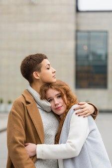 ハグかわいい若いカップル