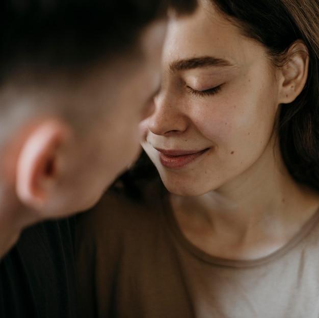 Очаровательная молодая влюбленная пара