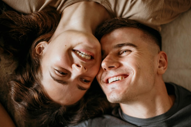 愛する愛らしい若いカップル