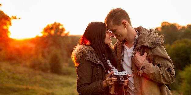 Adorabili giovani coppie insieme