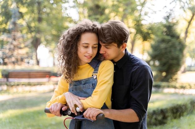 Очаровательная молодая пара вместе