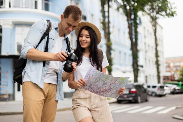 一緒に旅行する愛らしい若いカップル