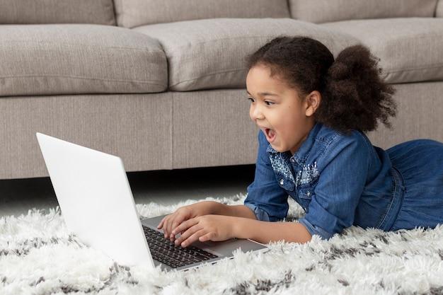 Очаровательная молодая девушка просматривает ноутбук