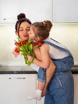 Прелестная маленькая девочка играя с матерью