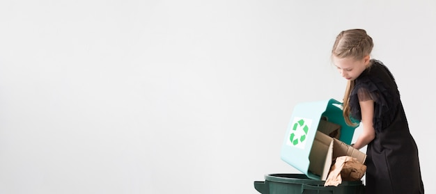 コピースペースでリサイクル愛らしい少女