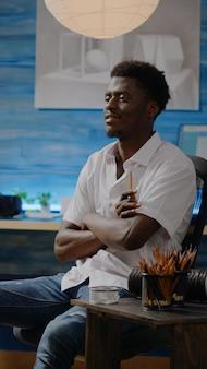 Adulto di etnia afroamericana che progetta vaso su tela per un progetto di disegno di successo. giovane artista nero con creatività e immaginazione che lavora su capolavori d'arte in studio
