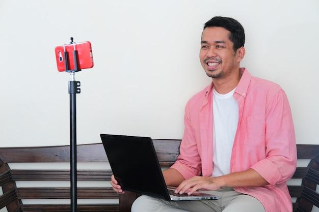 Взрослый азиатский мужчина учится новым навыкам в своем доме