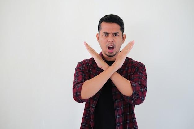 정지 손 기호를 만드는 동안 화난 표정을 보여주는 성인 아시아 남자