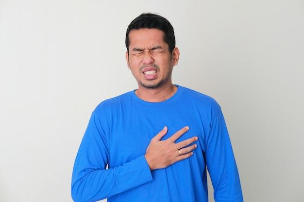가슴 통증을 겪고 있는 성인 아시아 남자