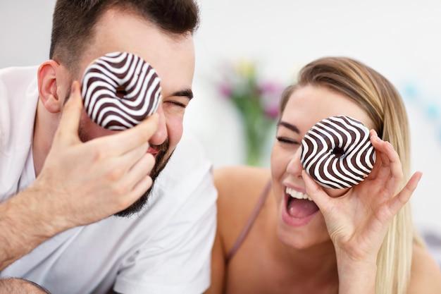 Взрослая привлекательная пара в постели