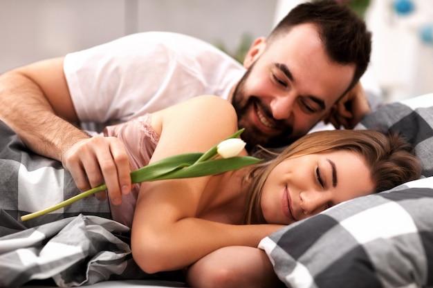 침대에서 성인 매력적인 커플