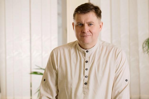 Взрослый привлекательный мужчина в легкой рубашке