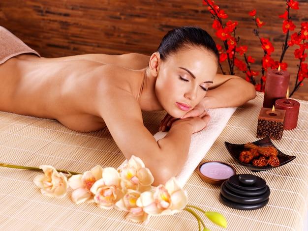 Bella donna adulta che si distende nel salone della stazione termale. terapia di trattamento di bellezza