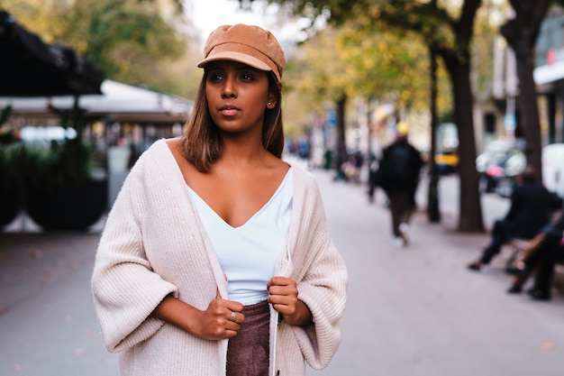 Взрослая черная женщина в осенней одежде на открытом воздухе