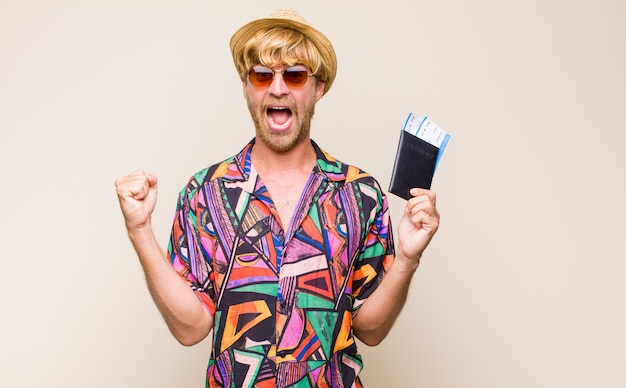 Взрослый блондин с паспортом и билетами на самолет