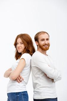 Взрослый брат и сестра опираются друг на друга