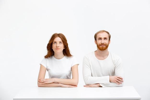 大人の兄と妹、赤毛を見上げる