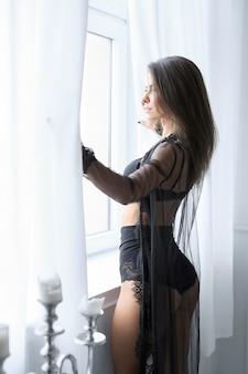 セクシーな黒のランジェリーで大人のブルネットの女性