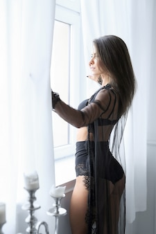 Donna castana adulta in biancheria nera sexy Foto Gratuite