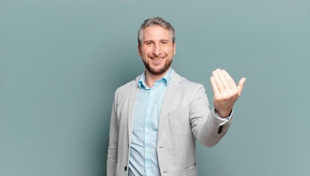 Взрослый бизнесмен чувствует себя счастливым, успешным и уверенным в себе, сталкивается с проблемой и говорит: давай! или приветствуя вас
