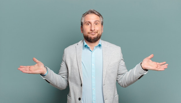 大人のビジネスマンは、困惑したり混乱したり、疑ったり、重みを付けたり、面白い表現でさまざまなオプションを選択したりします