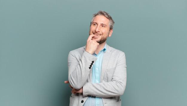 놀란, 긴장, 걱정 또는 겁 먹은 표정으로 성인 사업가, 복사 공간을 향해 측면을 찾고