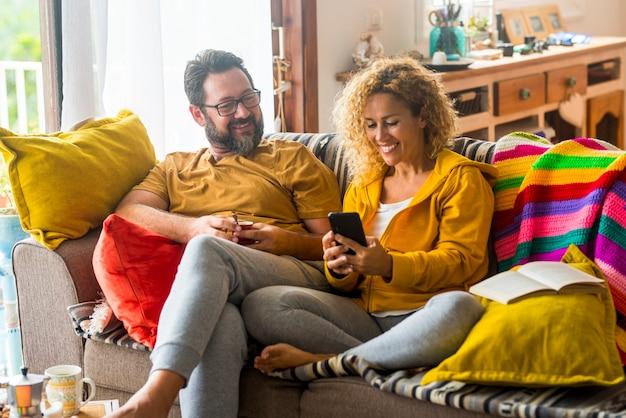 自宅で大人の白人カップルが友達と電話会議を楽しむ