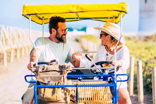 성인 명랑 백인 사람들 커플 휴가 더블 자전거와 함께 야외 재미