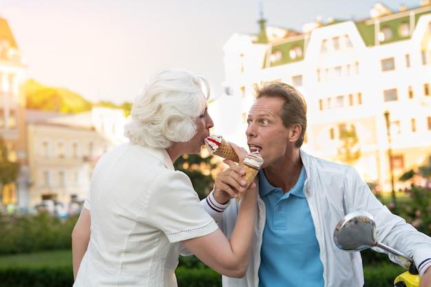 アイスクリームを食べる大人のカップル。