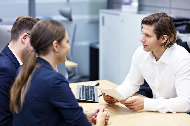 不動産業者と一緒にオフィスで大人のカップル