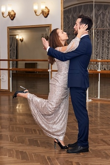 관능적인 클래식 댄스를 배우는 성인 커플