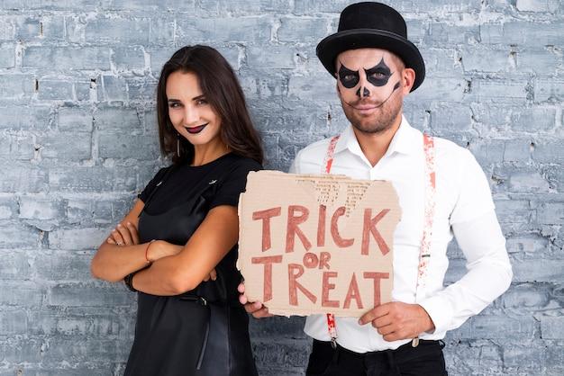 Взрослая пара готова к хэллоуину