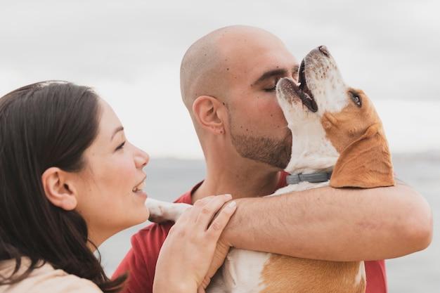 Взрослая пара с собакой