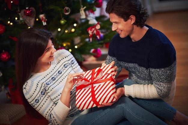 クリスマスツリーの上のプレゼントと大人のカップル