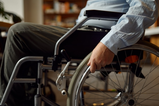 Взрослый инвалид в инвалидной коляске, инвалидность