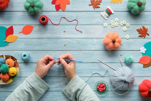 Взрослые женские руки вязание крючком.
