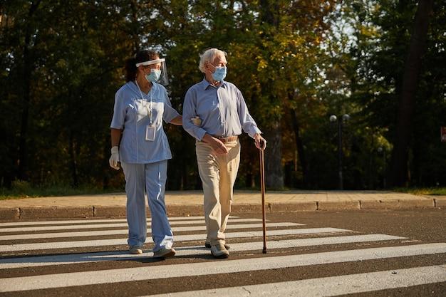 도시에서 노인과 함께 걷는 성인 친화적 인 여성 의료 종사자