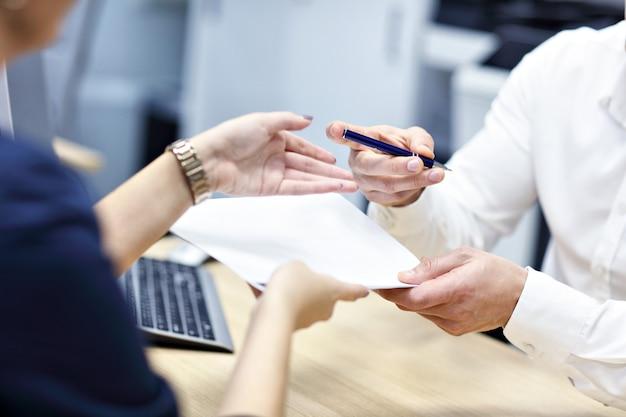 Взрослые руки держат документы и ручку